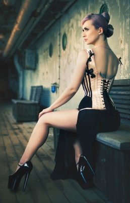 This Contessa Gothique corset has a lower back made possible with the help of shoulder straps. Photo: DiaIF. Model: Nea Dune.