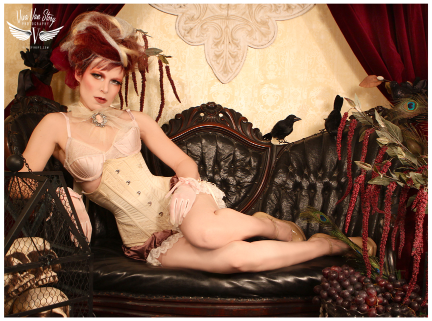Andi models this sample corset by Jupiter Moon 3. Photo: Viva Van Story. Click through to see JM3's Etsy shop.